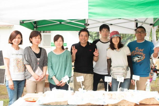 スタッフと一緒にイベント出店の喜屋武社長(真ん中)。内田さん(左端)。